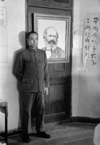 Zhou En-Lai delante de un cuadro de Karl Marx, en la sede del CC del PCCh.